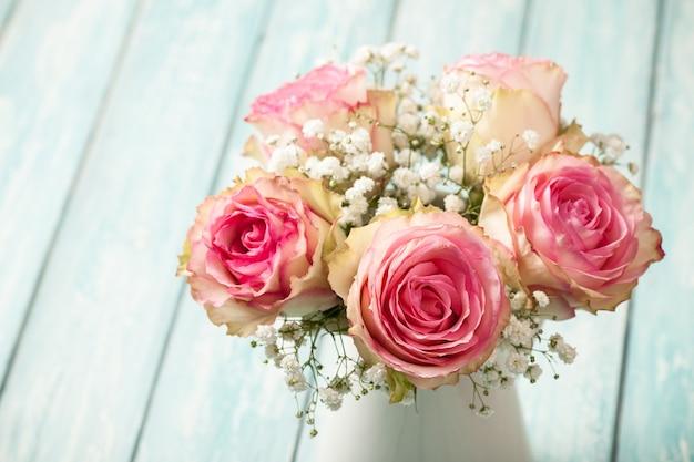 파란색 배경에 핑크 장미