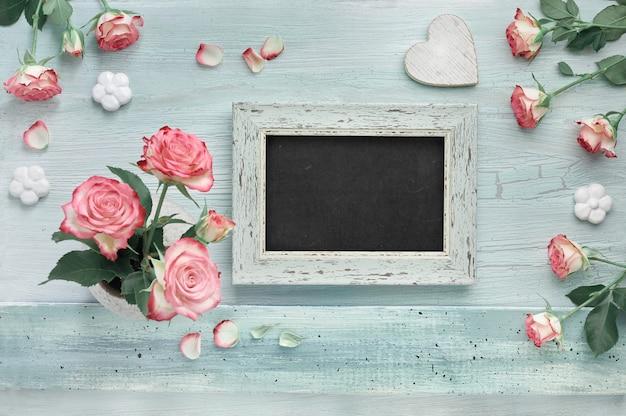 Розовые розы на светлой мятной стене с сердечками и лаком для доски