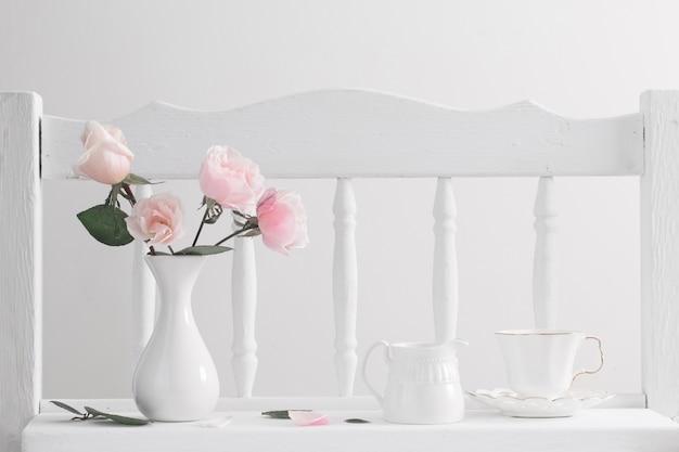 Розовые розы на старинной деревянной белой полке