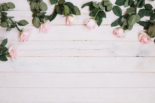 白いテーブルにピンクのバラ