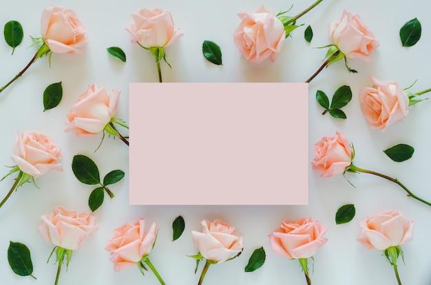 Розовые розы с пустым пространством для текста на день святого валентина