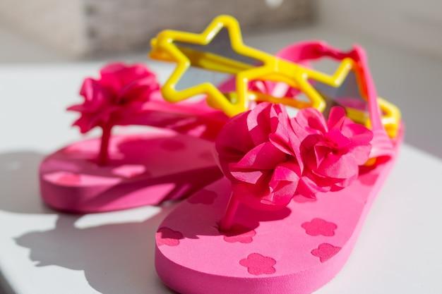ピンクのゴム製スリッパ。子供用ラバーサンダル