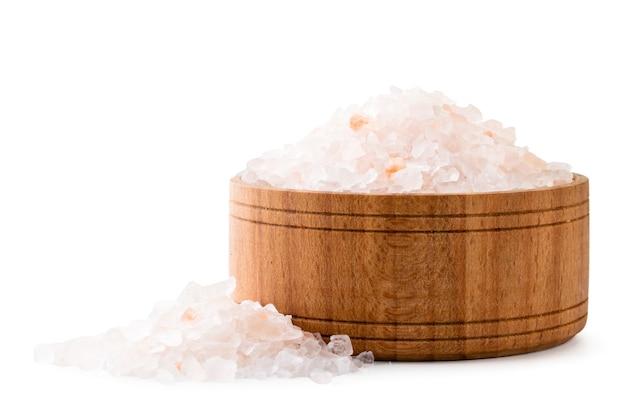 木の板のピンクの塩と白い背景に散らばって、分離。