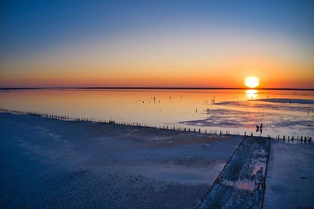 Вид сверху розовое соленое озеро