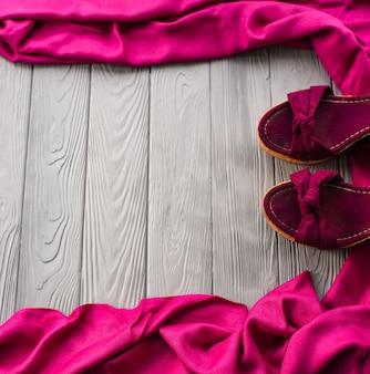 ピンクのサンダルウェッジショールシューズ女性の女の子のファッション衣装。夏の背景テンプレートモックアップコピー Premium写真