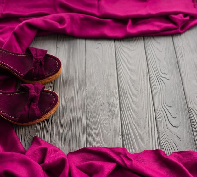 ピンクのサンダルウェッジショールシューズ女性の女の子のファッション衣装。夏の背景テンプレートのモックアップ