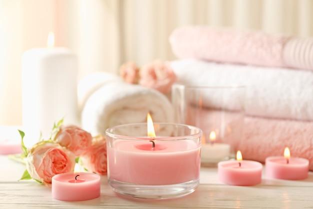Розовые ароматические свечи на белом фоне деревянных