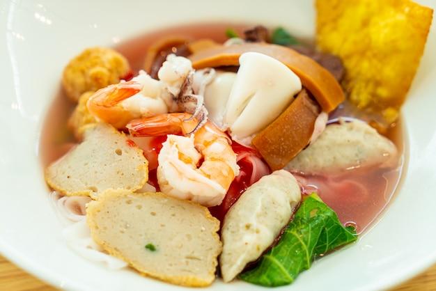 Розовая лапша с морепродуктами