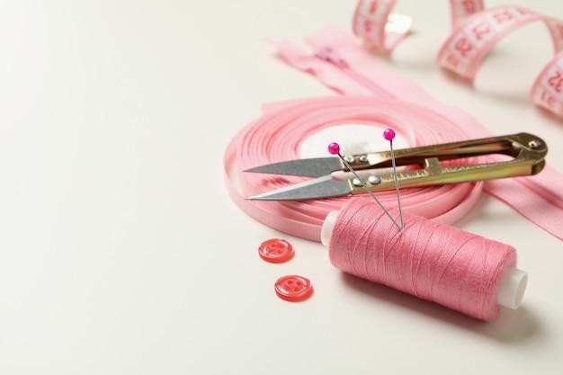 Розовые швейные принадлежности