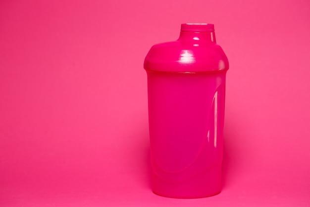 Розовый шейкер, цветной фон, спорт, энергетический напиток, оборудование для тренажерного зала