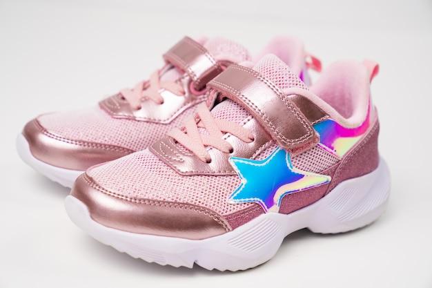 핑크빛이 도는 스니커즈. 여아를 위한 세련되고 세련된 밝은 신발. 신발 가게.