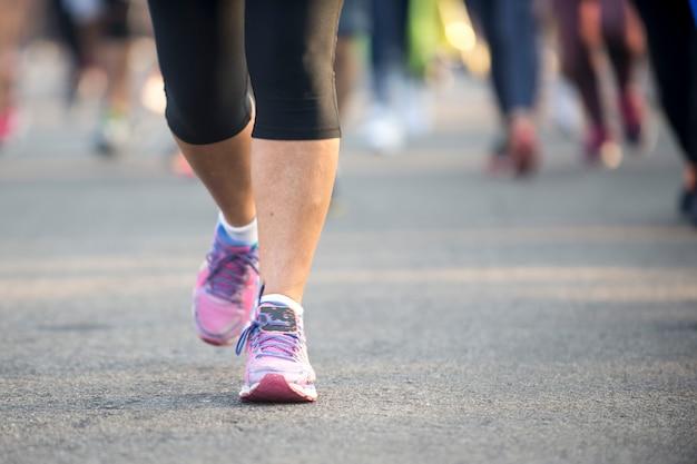 Розовая обувь для тенниса марафонца во время уличного мероприятия