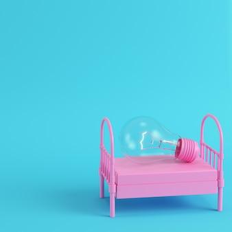 Розовая односпальная кровать с светящейся лампочкой на ярко-синем фоне