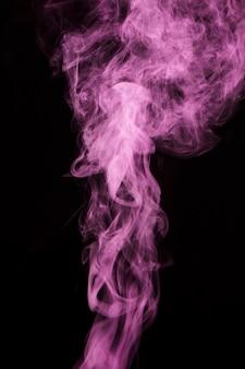 Розовая дымовая дорожка на черном фоне