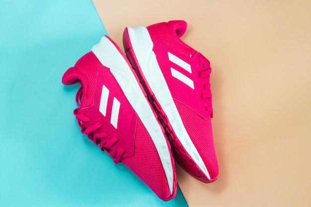 Розовые кроссовки здоровый образ жизни домашние упражнения идеи минималистских тренировок