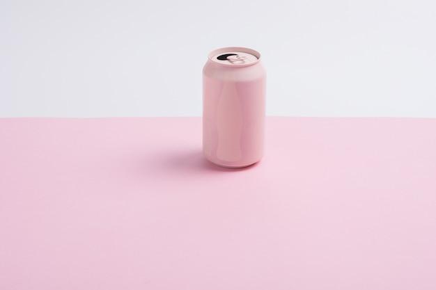 Розовые банки содовой изолированы