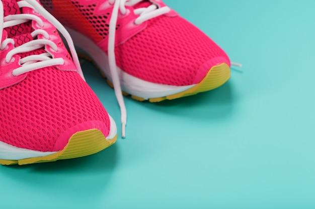 여유 공간이있는 파란색에서 달리기위한 핑크색 스포츠 스니커즈