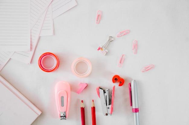 白い背景にピンクの文房具