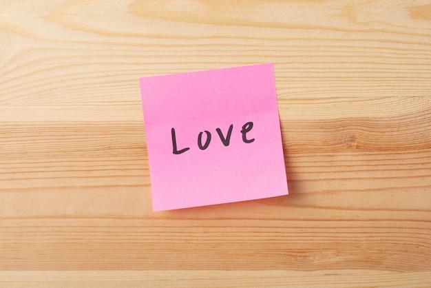 愛が書かれたピンクの付箋