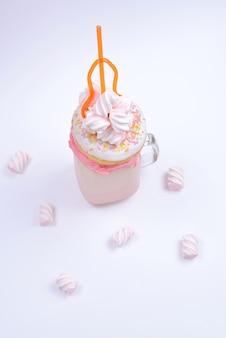 마시멜로와 과자를 곁들인 핑크 스트로베리 프릭쉐이크.