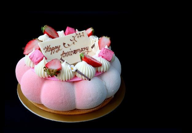 Муссовый торт с розовой клубникой и ванилью с белым шоколадом