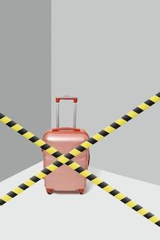 Розовый чемодан для путешествий, стоящий после пересеченных предупреждающих линий на фоне серого угла, копией пространства. запрет и ограничение поездок и туризма во время карантина.