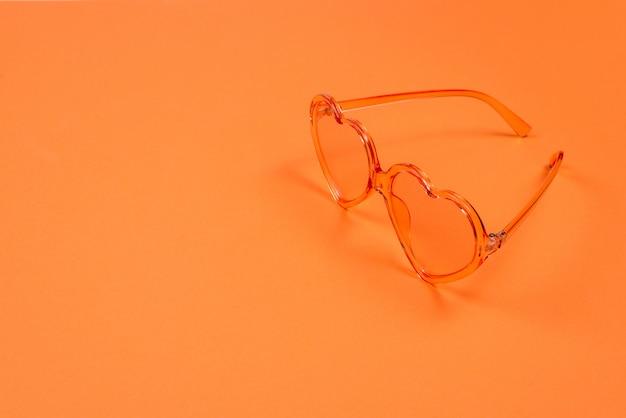 Розовые очки на оранжевом.