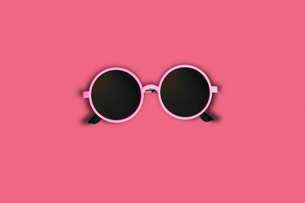 赤いテーブルにピンクのサングラス