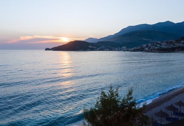 ピンクの夕日と夏の海岸の景色(ヒマラ、アルバニア、ポタミビーチ)