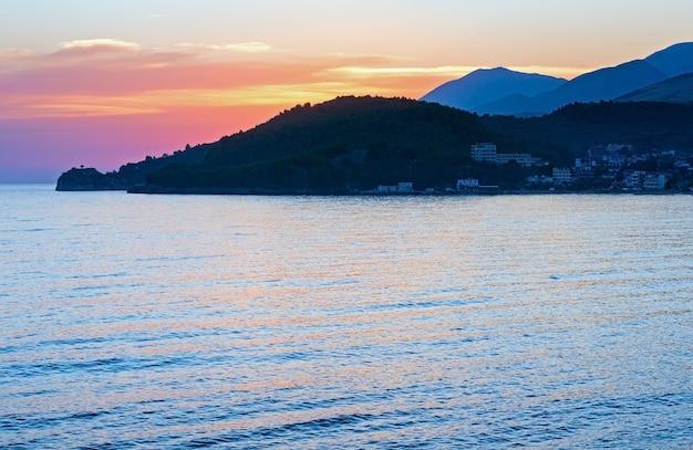 Розовый закат и вид на летнюю береговую линию (химара, албания)