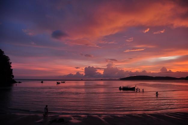 Розовый закат на береговой линии, пляж ао нанг со спокойными волнами на фоне разноцветного тропического неба, таиланд.