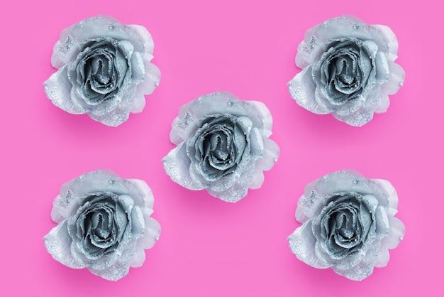 실버 빛나는 장미와 텍스트에 대 한 분홍색 표면입니다.
