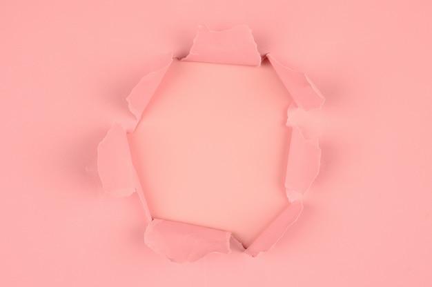 핑크 찢어진 된 종이 근접 촬영