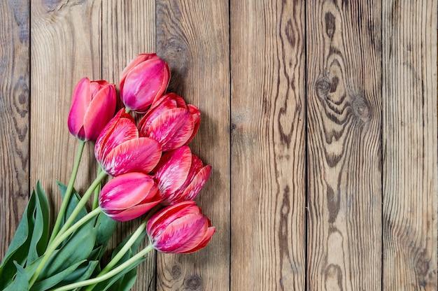 木製のテーブルにピンクのチューリップの花
