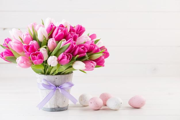 흰색에 핑크 튤립입니다. 부활절