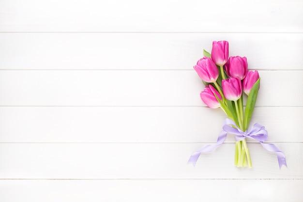 白い表面にピンクのチューリップ。