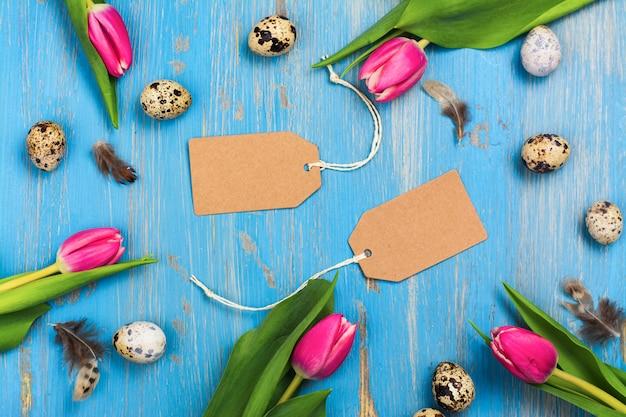Розовые тюльпаны и перепелиные яйца на синем