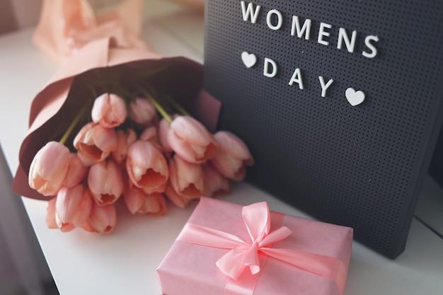 Розовые тюльпаны цветы и подарочная или настоящая коробка розового фона. , женский день, концепция празднования.