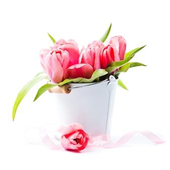 装飾的なバケツのクローズアップのピンクのチューリップ