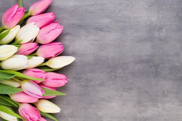 Розовые тюльпаны на бетонном столе