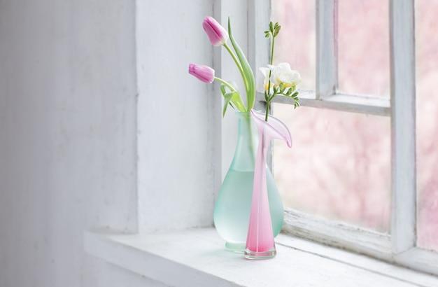 古い白い窓辺にピンクのチューリップ