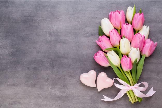 ピンクのチューリップ、灰色のプレゼント