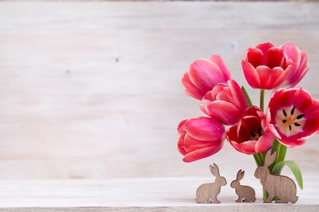 핑크 튤립, 봄 꽃과 부활절 장식.