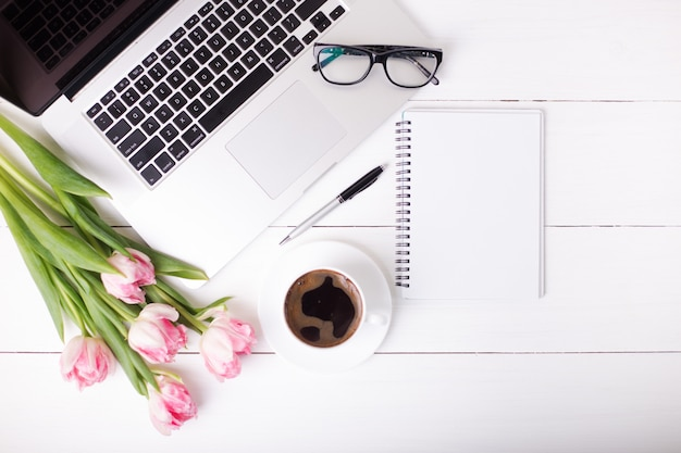 축제 분위기와 흰색 나무 보드에 커피 핑크 튤립.