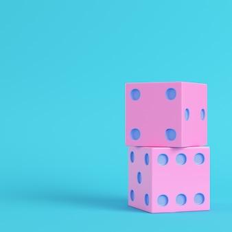ピンクの2つのサイコロ明るい青色の背景
