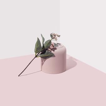 柔らかい背景に一輪の花が付いたピンクの花瓶モダンなパステル調の最小限の美的構成