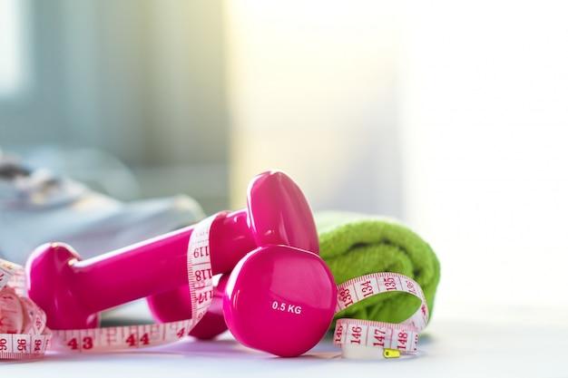 분홍색 무게, 줄자 및 수건