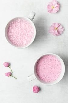 Tazza in ceramica bianca e rosa con liquido rosa