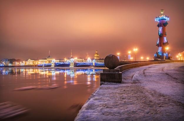Розовое зимнее новогоднее утро на стрелке васильевского острова в санкт-петербурге с видом на дворцовый мост и ростральную колонну
