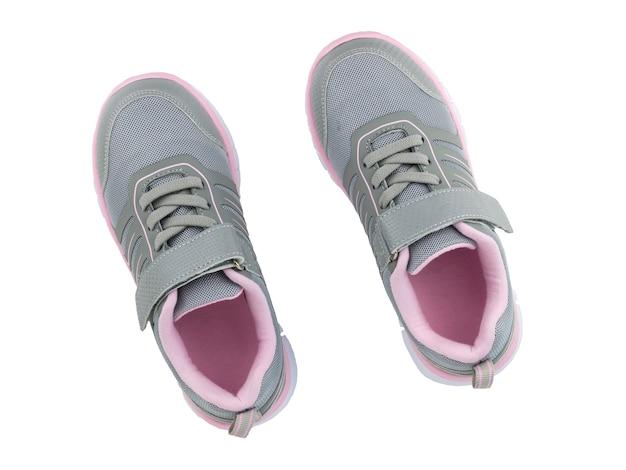 흰색 배경에 고립 된 회색 어린이 운동 화와 핑크. 위에서 봅니다.